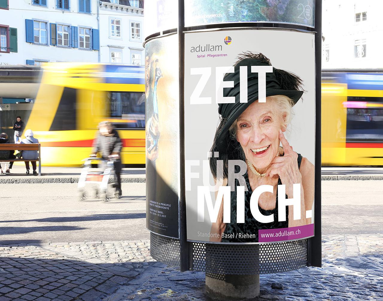 Plakat Zeit für mich. (Adullam Spital und Pflegezentren) am Barfüsserplatz in Basel - scanu communications